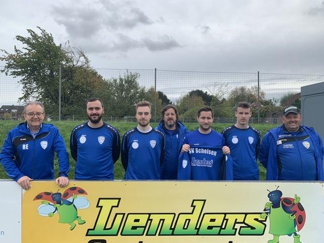 Das Bild zeigt Frank Wachmeister, Trainer der 1. Mannschaft (Mitte), Harald Müller, Betreuer (re.), den Geschäftsführer des Gartencenter Lenders, Herrn Reimund Esser (li.), sowie Spieler der 1. Mannschaft.